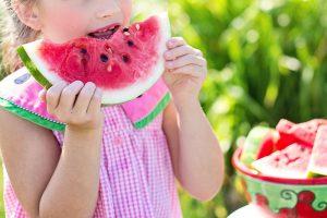 niña comiendo sandia niña refrescandose con una sandia